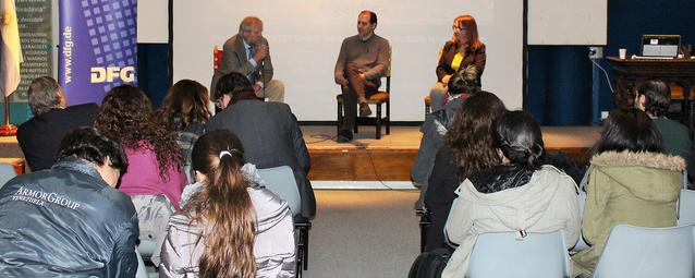 Leibniz Café en Buenos Aires: Gerhard Wörner, Gustavo Villarosa y Valeria Román, periodista científica que moderó el evento
