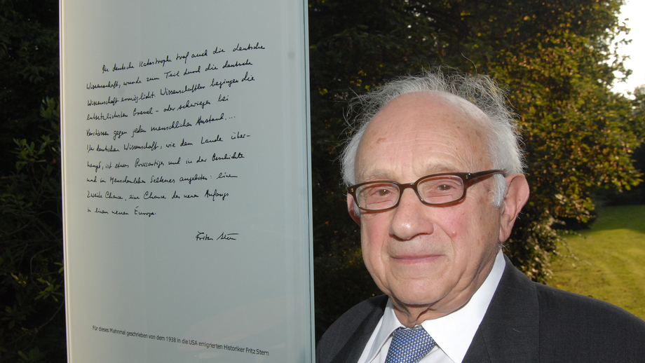 Historian Fritz Stern, who emigrated to the USA in 1938, in front of the text he wrote