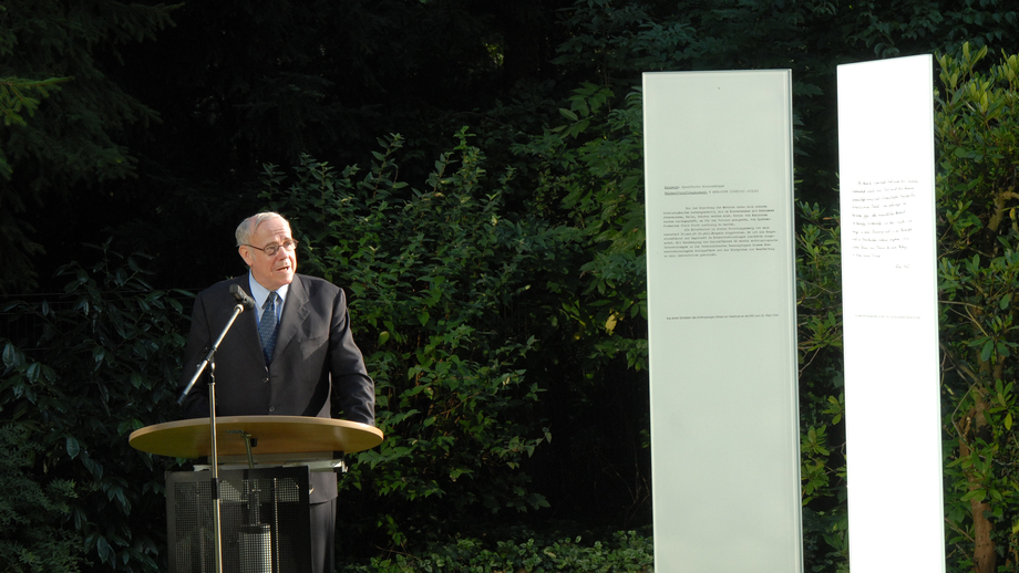 DFG President Ernst-Ludwig Winnacker speaking at the dedication of the memorial