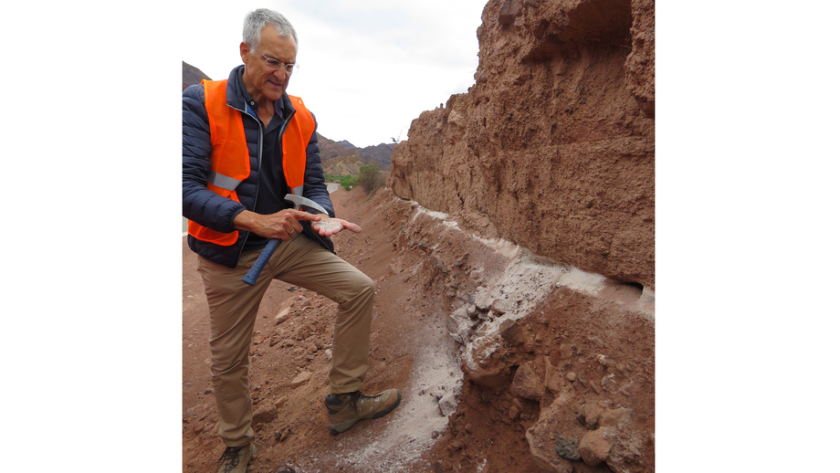 Prof Dr Manfred Strecker points out a layer of volcanic ash between sediments
