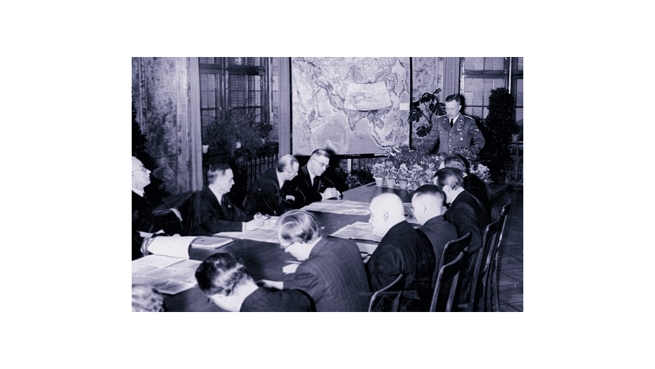 DFG President Rudolf Mentzel – shown here in 1941 at the presentation of the Atlas of Central Asia funded by the DFG – habilitated as a chemist at the University of Greifswald in 1933 without the faculty having been permitted to see his habilitation