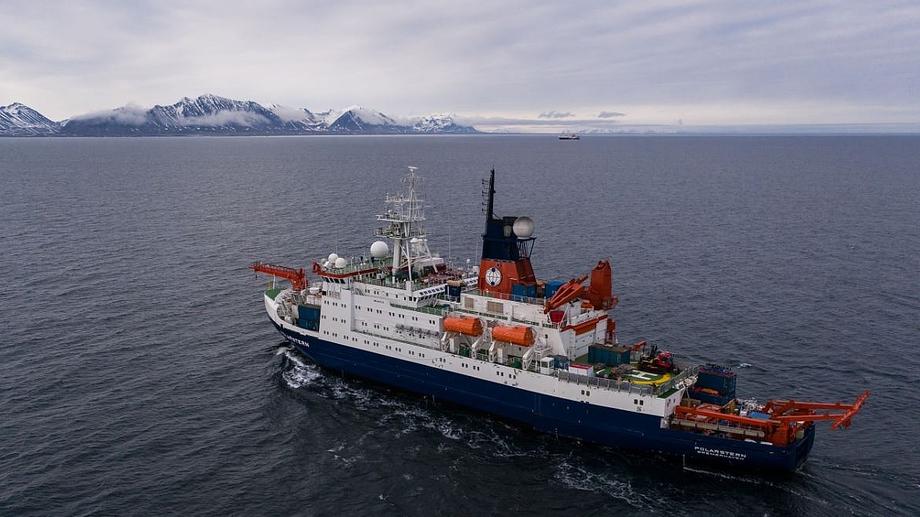 "Die vom Alfred Wegener Institut betriebene ""Polarstern"" ist seit September 2019 im Rahmen des internationalen Projekts MOSAiC (Multidisciplinary drifting Observatory for the Study of Arctic Climate) im Nordpolarmeer unterwegs."